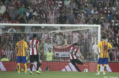 Aduriz materializa el penalti y anota el cuarto gol ante el FC Barcelona. | Foto: UGS Visión.