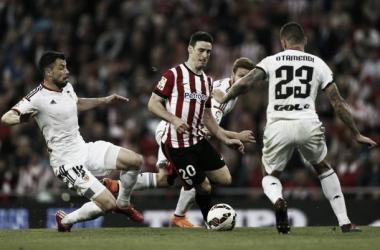 Aduriz entre Otamendi, Mustafi y Javi Fuego en el último Athletic - Valencia. | Foto: Athletic.
