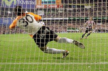 Doblas detiene a Ezquerro el último penalti en las semifinales de Copa de 2005. Foto: Athletic.