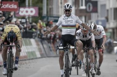 Imagen de Julian Alaphilippe levantando los brazos, mientras Primoz Roglic le adelantaba en la línea de meta.. Foto de la cuenta oficial de la Lieja-Bastogne-Lieja. @LiejaBastogneL