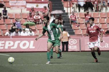 Carreón presiona a un jugador del Cornellà. Foto: UE Cornellà
