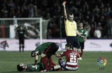 Susaeta se duele e Insúa es expulsado en el Granada - Athletic de la pasada Liga BBVA. | Foto: LFP.