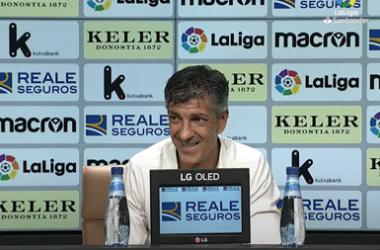 Imanol Alguacil sonríe en la rueda de prensa posterior al Real Sociedad-Levante. Foto: LaLiga Santander.