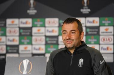 Diego Martínez durante una rueda de prensa de Europa League. Foto: Pepe Villoslada / Granada CF