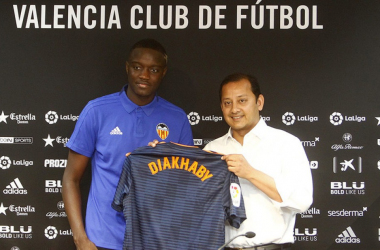 Diakhaby posando con Anil Murthy en su presentación. | Foto: Valencia CF