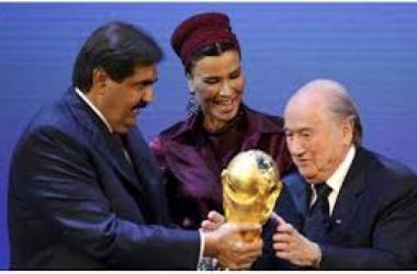 من حفل الإعلان عن فوز قطر بتنظيم مونديال 2022 ، في الصورة أمير قطر السابق ، حرمه و جوزيف بلاتر ( من اليسار لليمين تباعا )