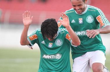 Tiago Real comemora o único gol do Palmeiras na estreia da Série B (Foto: Epitácio Pessoa/Estadão)