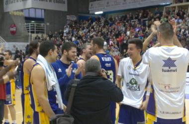 Los jugadores del Blancos de Rueda Valladolid celebran la permanencia conseguida el sábado 27 de abril de 2013 al vencer al Cajasol (imagen: Alberto Blanco Paredes)