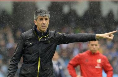 FOTO:LaLiga.es// Imanol Alguacil dando indicaciones durante un partido de la Real Sociedad bajo la lluvia