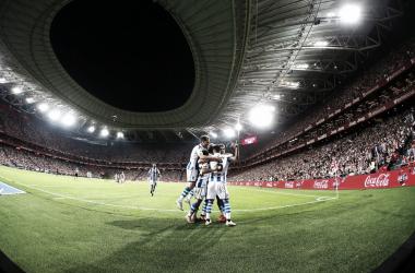 """Los jugadores <span style=""""font-style: normal;"""">txuri urdines celebran el tercer gol abrazándose a Oyarzabal / Foto: LFP</span>"""