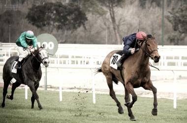 Borja Fayos yéndose a ganar a lomos de Bosquimana en la otra prueba principal de la jornada, el Premio Jockey Club Español (Ex Quinta de la Enjarada). FUENTE: Óscar Blázquez - Amigos del Moyate