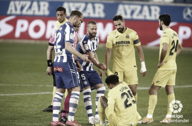 "<p class=""MsoNormal"">Los jugadores del Alavés levantan a Capoue // Foto: LaLiga<o:p></o:p></p>"