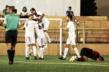 Jugadores blancos celebran el tanto (Real Jaén - Best Photo Soccer)