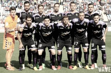 Poco se parece el Valladolid del pasado año al que pisará este sábado la Ciudad Deportiva sevillista, aunque si continúa una pieza clave como es José Arnáiz (primera fila a la derecha) | Foto: David García (VAVEL)