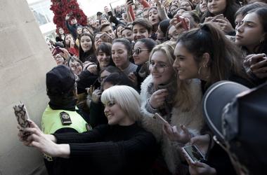 Alba Reche estuvo durante horas atendiendo a sus seguidores en la Plaça de Baix | Foto: Rubén Bonmatí