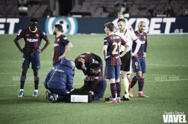 Gerard Piqué atendido por las asistencias médicas en el partido ante el Sevilla anoche. | Foto: Noelia Déniz VAVEL