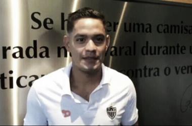 Carlos Eduardo passou nos exames médicos e assinou contrato na manhã desta quarta-feira (20) (Foto: Reprodução/Twitter)