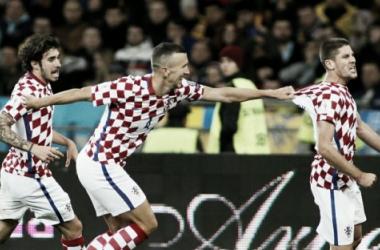 Com dois gols de atacante Kramarić, Croácia vence Ucrânia e avança à repescagem