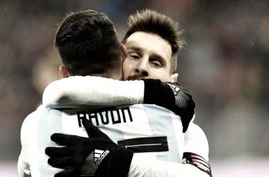 El abrazo y la felicitación de Messi a Pavón. Foto: Olé.