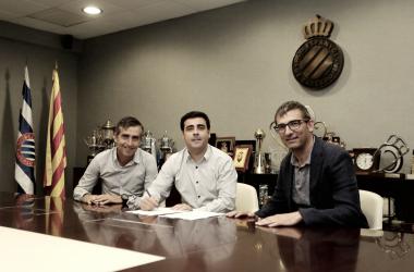 David Gallego, firmando su renovación junto a los coordinadores del fútbol base, Àlex García (izquierda) y Fran Navarro (derecha) / Foto: RCD Espanyol.