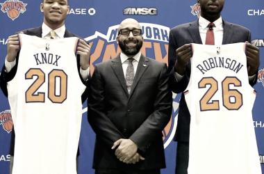 Kevin Knox y Mitchell Robinson junto a David Fizdale/ Imagen vía twitter oficial de @nyknicks