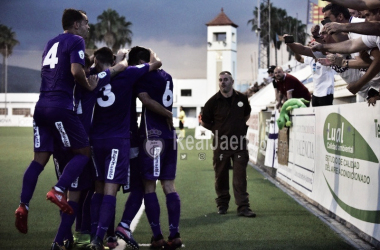 Jugadores del Real Jaén celebran el gol con su afición (Foto: Real Jaén - Best Photo Soccer)