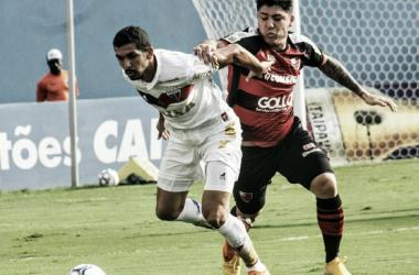 Jogadores dos dois times disputando uma bola (Foto: Jefferson Vieira/Oeste/Divulgação)