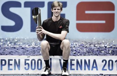 Anderson sostiene su primer trofeo ATP 500. | Foto: @KAndersonATP