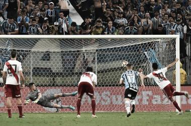 """El penal que decidió la llave. Un """"fierro caliente"""" que tomó el Pity Martínez (Foto: River Plateado Oficial)."""