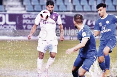 :Juanma Espinosa en una jugada el pasado domingo. Foto: Real Jaén.
