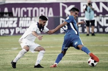 Juanma Espinosa pelea un balón ante El Palo. Foto: Real Jaén-BestPhottoSoccer.