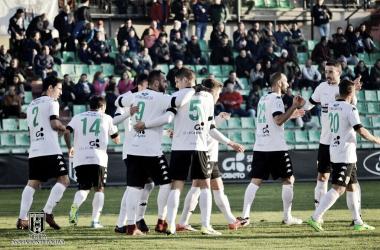 Migue Montes celebra su primer gol de la tarde. | Foto: Mérida AD