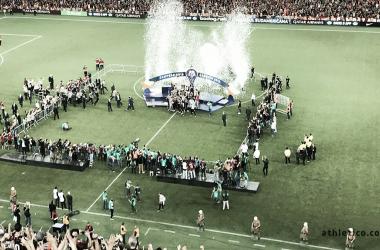 Jogadores levantando a taça (Foto: Divulgação/Athletico.com.br)