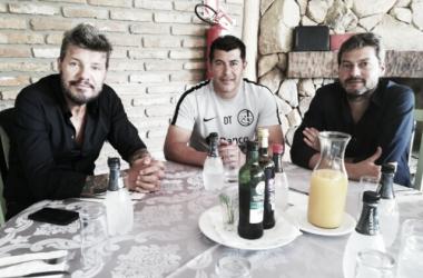 Marcelo Tinelli, Jorge Almirón y Matias Lammens reunidos en Porto Alegre. Foto: San Lorenzo