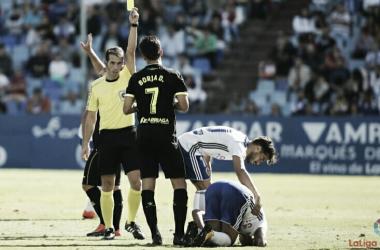 Pérez Pallas amonestando a un jugador de la AD Alcorcón en un partido de la temprada pasada disputado en la Romareda | FOTO: LaLiga123