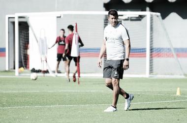 Jorge Almirón sigue atentamente los movimientos de sus futbolistas. Foto: San Lorenzo