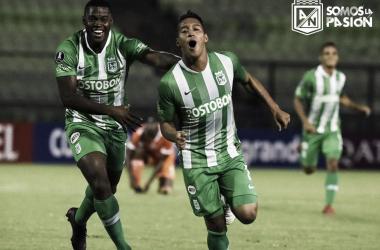 Sebastián Gómez celebra su primer gol con Atlético Nacional en su debut internacional. Foto: @nacionaloficial