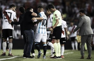 Ricardo Centurión empuja a Eduardo Coudet a minutos de ingresar al Monumental.