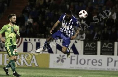 Carlos Bravo anotando de cabeza el segundo de la Deportiva. FOTO | Twitter @SDP_1922
