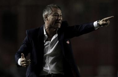 Ariel Holan en el encuentro de Sudamericana (Foto: Ole)
