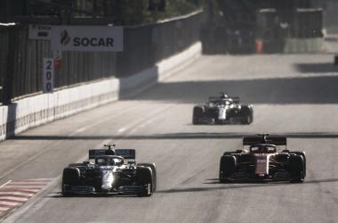 O momento da ultrapassagem das Mercedes sobre Leclerc, rumo à quarta dobradinha seguida (Foto: eprodução / MercedesAMG)
