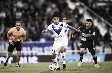 Thiago Almada conduce una contra de Vélez y es perseguido por Nahitán Nández ante la atenta mirada de Diego Abal. Foto: Twitter/Vélez Sarsfield.