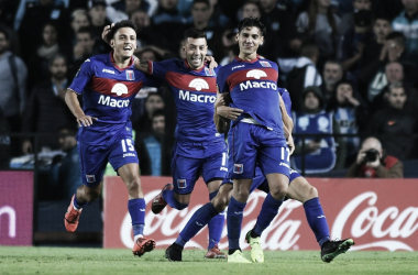 La postal de la jornada: Cavallaro, Janson y Pérez Acuña festejando el gol de la clasificación (Foto: Olé).