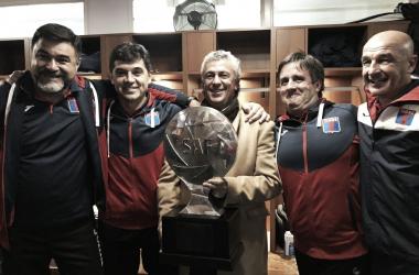 La sonrisa de Gorosito junto a su CT y con la gran protagonista de la noche: la Copa. (Foto: CA Tigre).