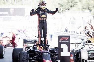 Emocionante! Verstappen supera Leclerc nas últimas voltas e vence GP da Áustria