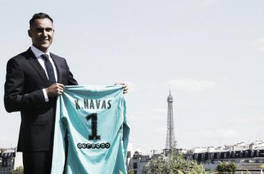 Kyelor Navas posa con su nueva camiseta en París / Foto: @PSG_espanol