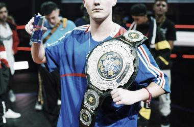 Bnet con el cinturón de campeón internacion. (Foto (sin efecto): Red Bull Batalla De Los Gallos).