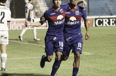 Cachete Morales cerró la cuenta. Festeja con Ramis (Foto: Tigre Oficial).