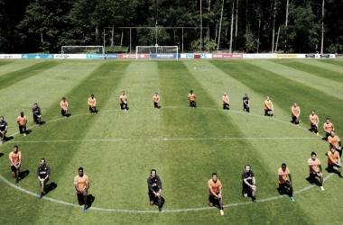 Treino do PSV com jogadores protestando contra o racismo estrutural da sociedade (Foto: Reprodução / PSV