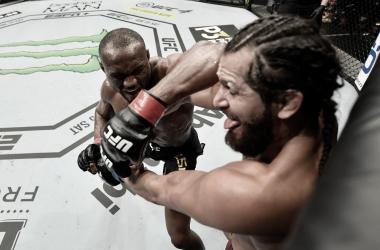 Usman desferindo golpe em Masvidal na grade (Foto: Divulgação/UFC)